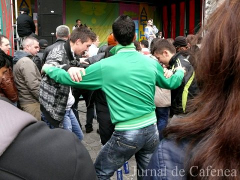 Tinerii au incins o mica hora in jurul celor doua cutii de bere