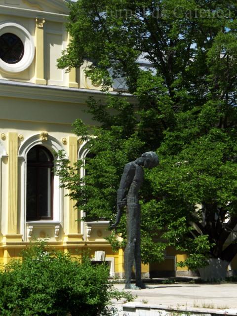 Statuia poetului bacauan George Bacovia