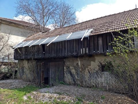 Casa Darmanesti - Grajdul vedere spate