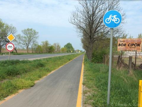 Pista de biciclete pe marginea drumului, Ungaria