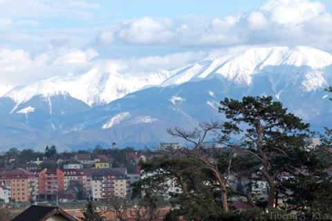 Sibiul si muntii vazuti de la benzinaria Lukoil