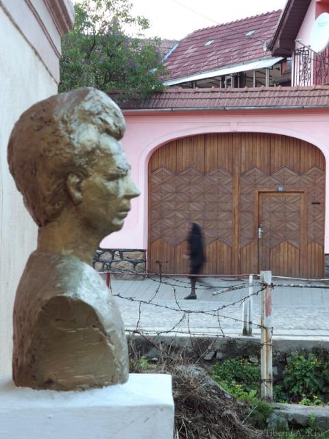 statuia-de-bronz-emil-cioran-rasinari-P4130137