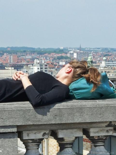 La soare pe balustrada orasului