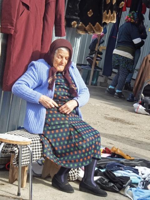 Femeie batrana in targul de la rusi, Bacau