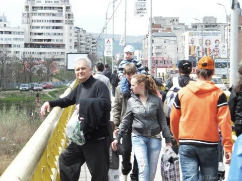 oameni-pe-podul-de-la-serbanesti-bacau-duminica-la-targ-DSCF7623