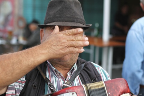 targul-de-duminica-serbanesti-bacau-acordeonist-acoperindu-si-fata-IMG_7167