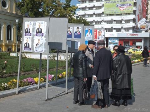 Pensionari bacauani discutand variantele alegerilor prezidentiale din Romania 2014